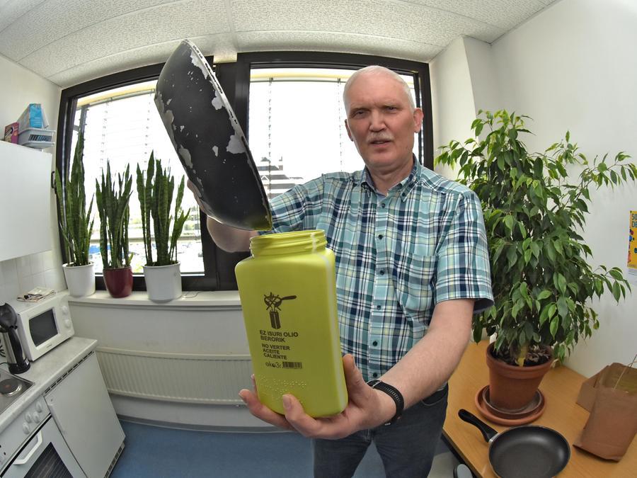 Bernhard Maid von der Fürther Abfallwirtschaft stellt die neue Altölsammelflasche vor. Foto: Scherer