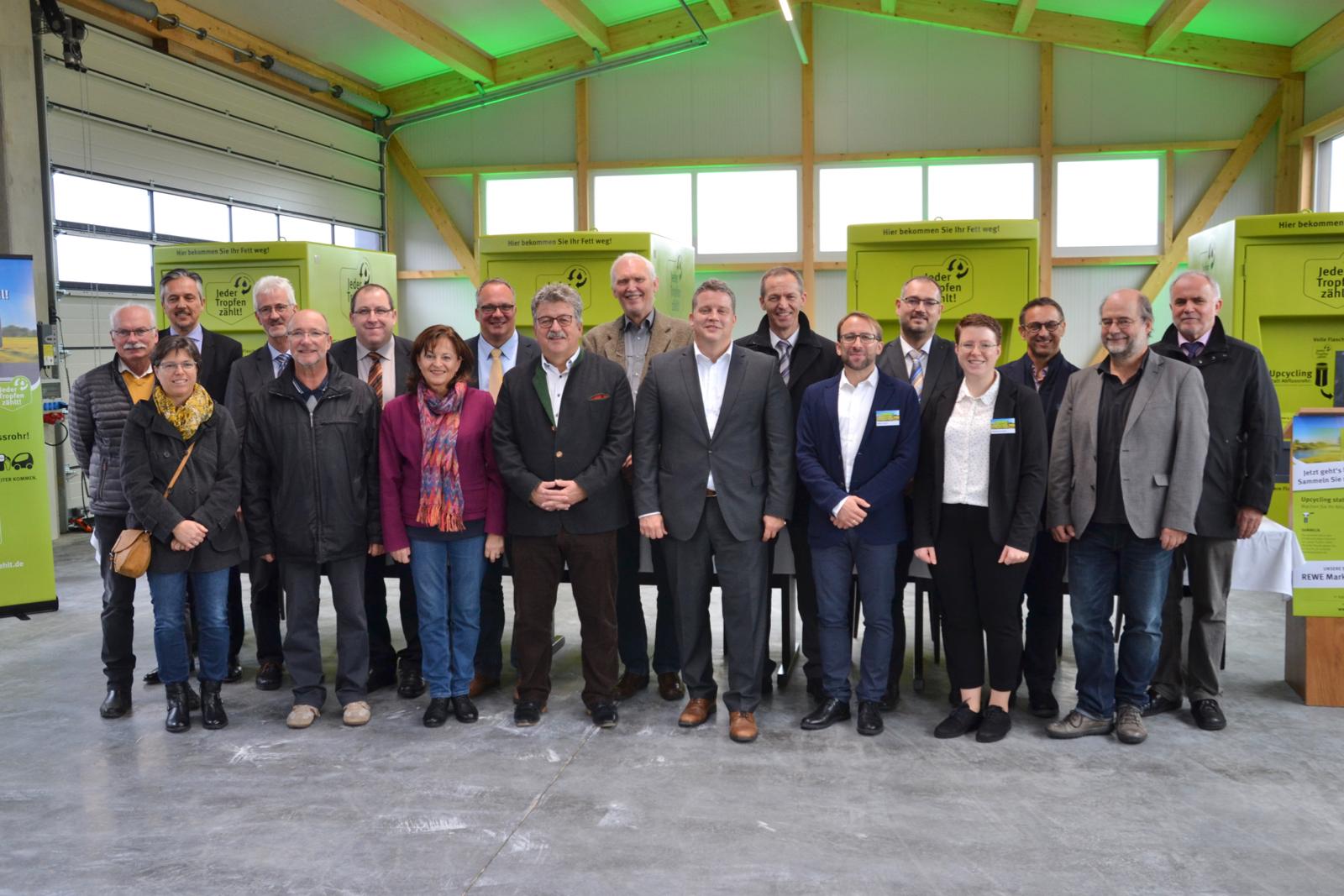 Teilnehmer (Von links nach rechts): Herr Sorgatz (Kreisrat), Herr Evers (Geschäftsführer MVaK), Frau Hemmeter (Kreisrätin), Herr Mahl (Bürgermeister Hilpoltstein), Herr Neuweg (Kreisrat), Herr Küttinger (Bürgermeister Thalmässing), Frau Mortler (MdB, agrar- und umweltpolitische Sprecherin der CSU im Bundestag), Herr Beyer (Bürgermeister Heideck), Herr Preischl (Bürgermeister Greding),  Herr Maid (Abfallwirtschaft Fürth), Herr Träger (MdB, umweltpolitischer Sprecher der SPD Fraktion im Bundestag), Herr Redel (Abfallwirtschaft Erlangen), Herr Lesch (Fa. Lesch), Herr Horndasch (Bürgermeister Allersberg), Frau Lesch (Fa. Lesch),  Herr Zenk (Fa. Lesch),  Herr Hallitzky (Vorsitzender Bündnis 90/Die Grünen Bayern), Herr Eckstein (Landrat)