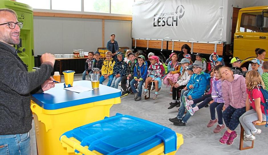 Vorschulkinder aus dem Kindergarten Regenbogen zu Gast im Altfettrecyclingbetrieb Lesch und fragten dem Chef ein Loch in den Bauch. Foto: Karch