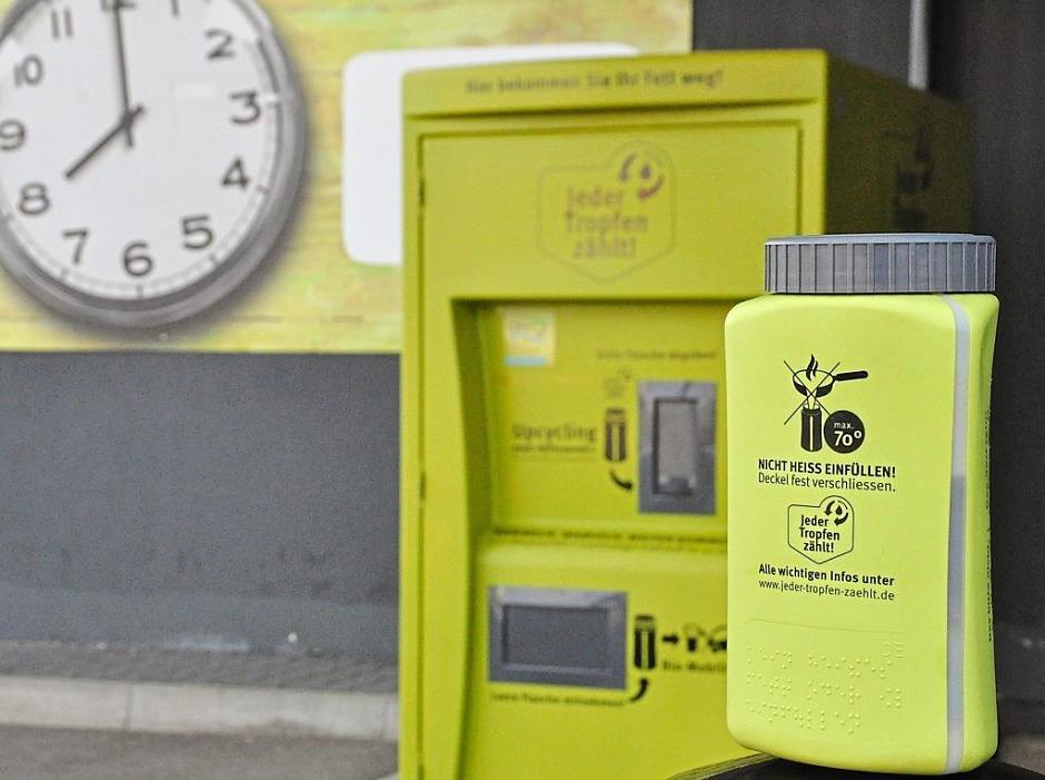 Das Dreieckige mit rundem Deckelmuss ins Viereckige: In den fünf hiesigen ILE-Gemeinden ist der Fett-Sammelbehälter samt Container bereits bekannt. Im Rest des Landkreises Roth aber lässt die Recyclingmöglichkeit noch auf sich warten. | Foto: Luff